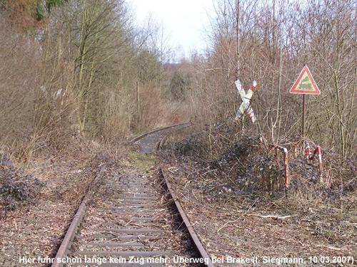 gesperrte Eisenbahnstrecke mit Überweg bei Lemgo-Brake