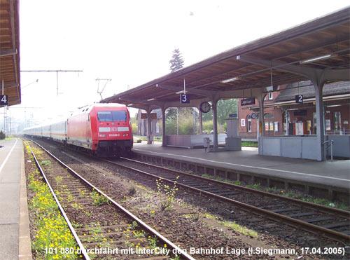 101 080 mit umgeleitetem Intercity im Bahnhof Lage