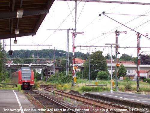 Triebwagen im Bahnhof Lage