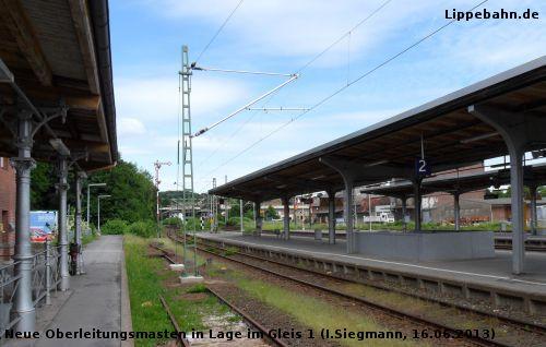 Neue Oberleitungsmasten im ehemaligen Gleis 1 am 16.06.2013