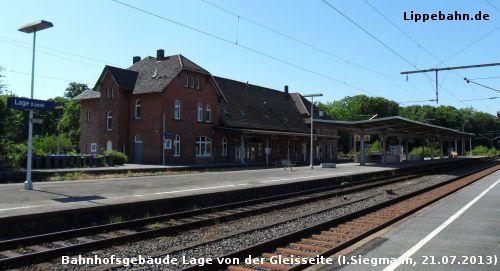 Das Bahnhofsgebäude in Lage von der Gleisseite am 21.07.2013