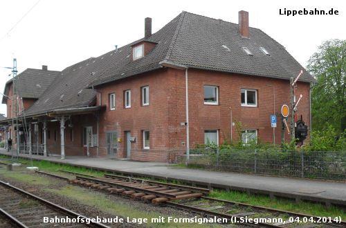 Historisches Eisenbahnmaterial am Bahnhof Lage