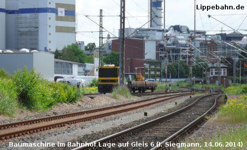 Baumaschine bei Bauarbeiten im Bahnhof Lage
