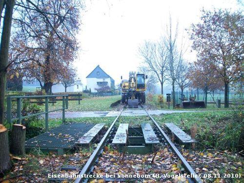 Eine Baumaschine wartet an der alten Bahnsteigkante in Sonnborn auf ihren Einsatz (Foto: Benedikt V.)