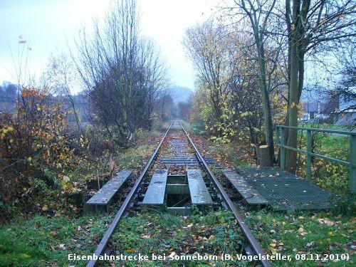 Auch die Brücke direkt am alten Haltepunkt in Sonneborn wird sicher abgebaut (Foto: Benedikt V.)